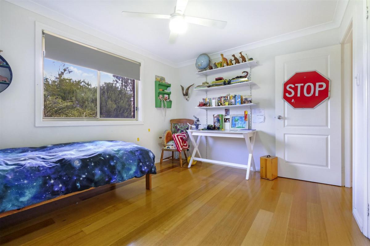 4 Bedrooms Triple Garage 8000 Sq Metres Peter Dunn