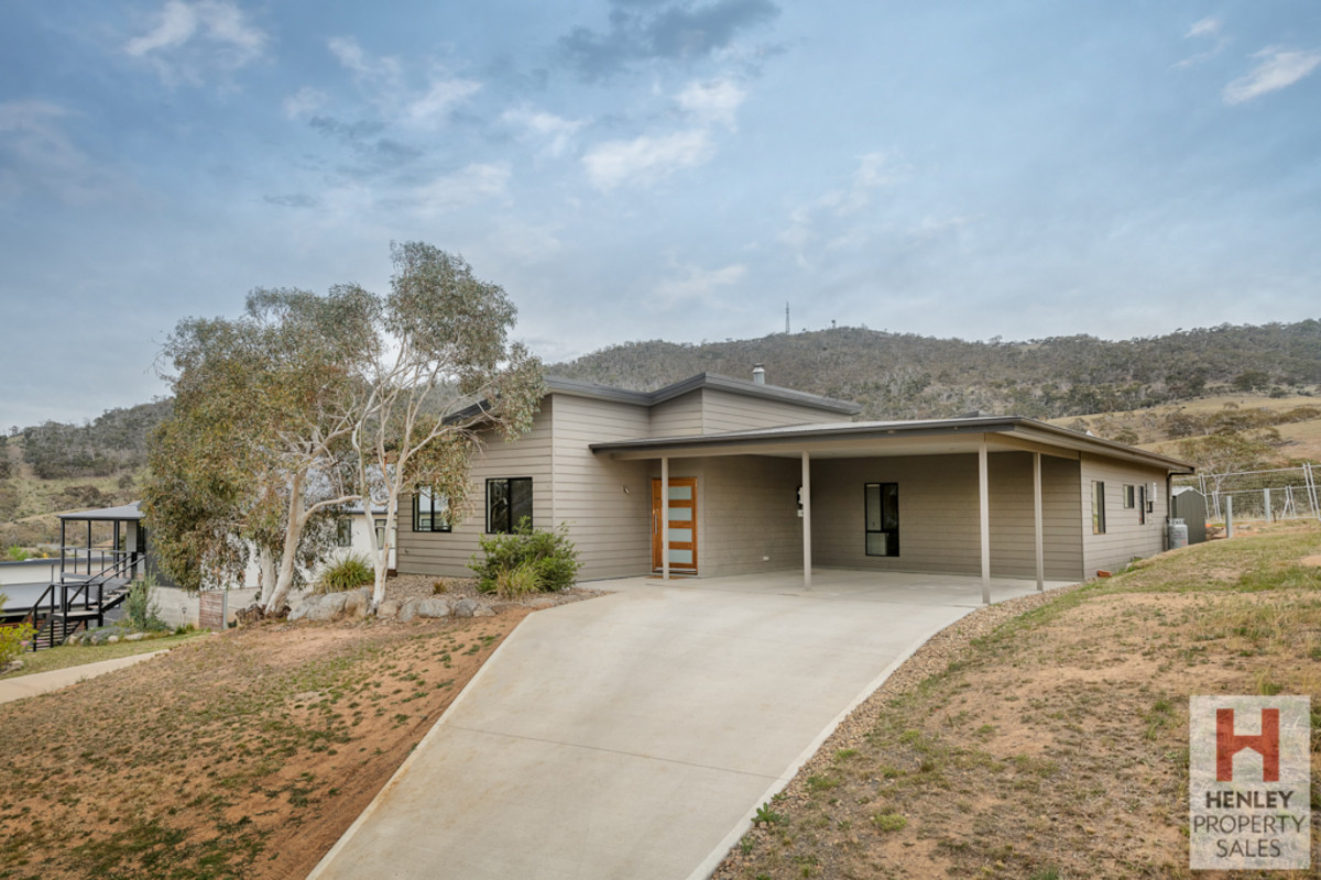 Ideal family home with a great floor plan, over looking Lake Jindabyne.