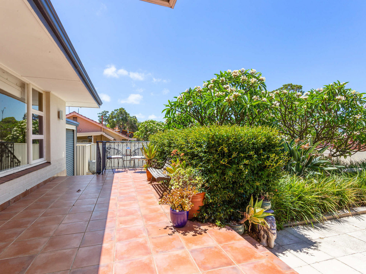 STYLISH HOME IN BEAUTIFUL LOCATION - MELVILLE